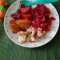 Pui cu sfecla rosie si cartofi la cuptor